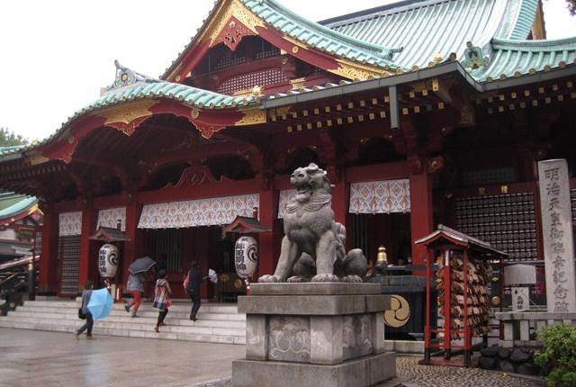 Sanctuaire shinto sous la pluie, à Tokyo