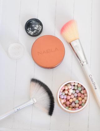 Un make-up du teint avec un fond de teint liquide, de l'anticerne, un enlumineur bio et un blush sur le blog beauté Birds & Bicycles