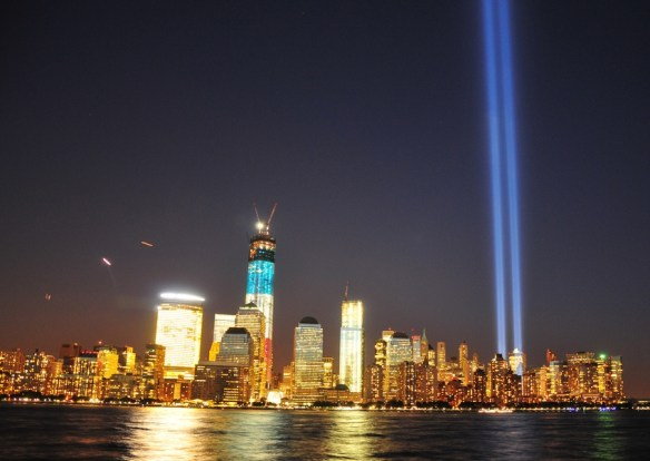 Tribute in Light, New York City. By Glyn Lowe - Flickr, CC BY 2.0, https://commons.wikimedia.org/w/index.php?curid=28138731