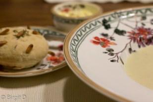 Fenchelrahmsuppe mit Kräuter-Brötchen