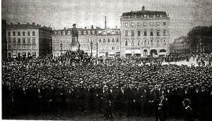 Folk svalt och demonstrerade på olika sätt. Här på Gustaf Adolfs torg.