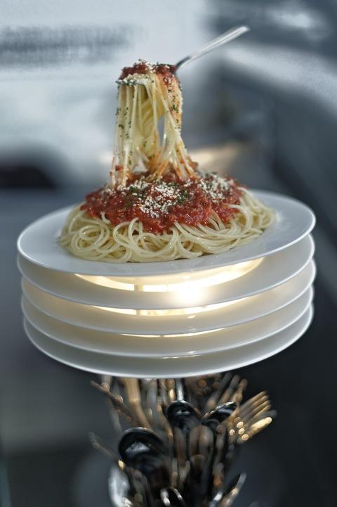 Bild: Kunst im Doppelkegel der BMW WELT München - Spaghetti und Besteck.