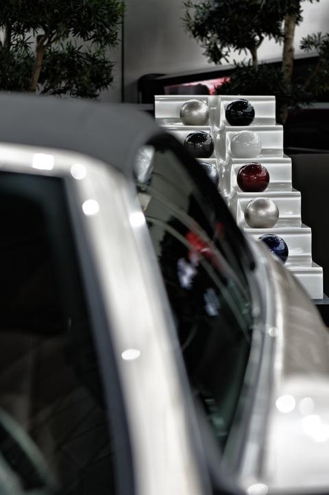 Bild: 6er Cabrio und Kunst im Doppelkegel der BMW Welt.