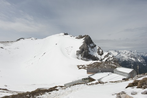 Bild: Die Bergstation der Seilbahn auf der Westlichen Karwendelspitze. NIKON D700 mit CARL ZEISS Distagon T* 3,5/18 ZF.2 ¦¦ ISO200 ¦ f/11 ¦ 1/800 s ¦ FX 18 mm.