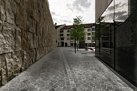 Bild: Auf dem St.-Jakobs-Platz in München. NIKON D300s mit Weitwinkelobjektiv SIGMA 10-20mm F3.5 EX DC HSM ¦¦ ISO200 ¦ f/9.0 ¦ 1/30 s ¦ FX 10 mm.