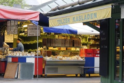Bild: France meets Bavaria - das gibt's nur auf dem Viktualienmarkt in München. NIKON D700 mit AF-S NIKKOR 28-300 mm 1:3,5-5,6G ED VR ¦¦ ISO1250 ¦ f/5.0 ¦ 1/40 s ¦ FX 90 mm.