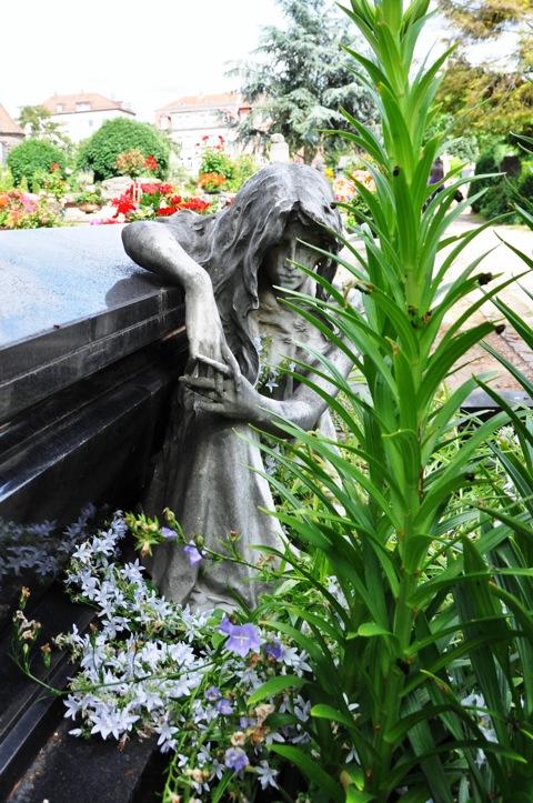 Bild: Auf dem historischen Johannisfriedhof zu Nürnberg. Aufnahme mit NIKON D90 und Objektiv AF-S DX NIKKOR 18-105 mm 1:3,5-5,6G ED VR. ISO 200 - Brennweite 18 mm (KB äquiv. 27 mm) - 1/200s - f/7.1.