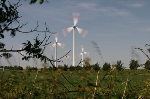 Bild: Windrad bei Quenstedt. Die Belichtungszeit wurde so gewählt, dass die Illusion einer Drehung der Flügel zu erkennen ist.