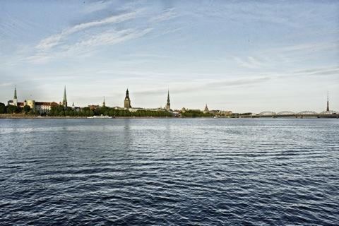 Bild: Blick auf die historische Altstadt von Rīga von vom linken Ufer der Daugava aus gesehen. NIKON D700 mit CARL ZEISS Distagon T* 2,8/25 ZF.