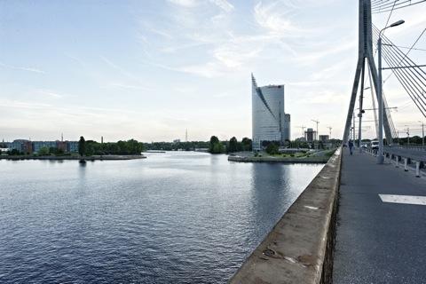 Bild: Das Swedbank Hochhaus auf dem linken Ufer der Daugava. NIKON D700 mit CARL ZEISS Distagon T* 2,8/25 ZF.