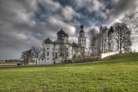 Bild: Die Wallfahrtskirche Maria Birnbaum in Sielenbach bei Dasing. NIKON D300s mit SIGMA 10-20mm F3.5 EX DC HSM ¦¦ ISO200 ¦ f/11 ¦ 1/200 s ¦ DX 10 mm.