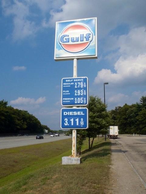 Bild: An einer Tankstelle in Massachusetts - USA. Olympus µTough-6020.
