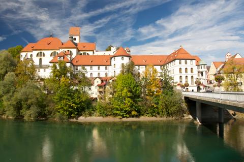 Bild: Das Kloster über dem Lech in Füssen. Nikon D90 mit Objektiv AF-S DX VR Zoom-Nikkor 18-200mm f/3.5-5.6G IF-ED mit Polfilter.