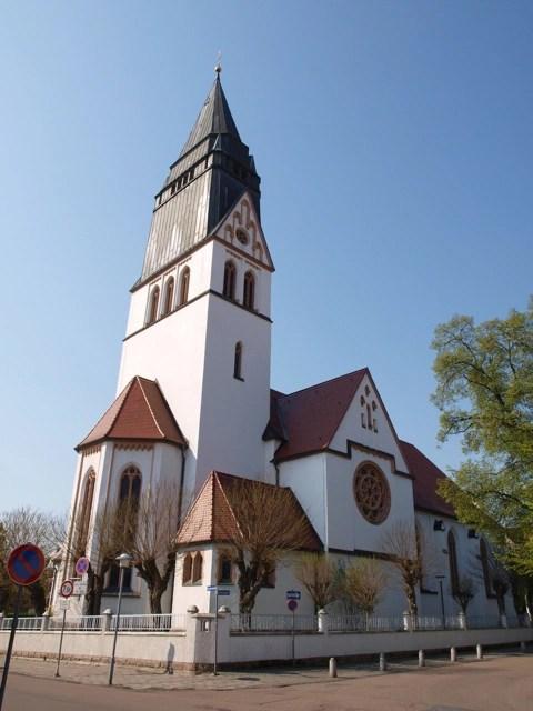 Bild: Die Kirche St. Gertrudis in der Lutherstadt Eisleben. Deutlich sind die stürzenden Linien erkennbar - die Folge einer aus Platzgründen nicht genau waagerecht gehaltenen Kamera mit Weitwinkelobjektiv.