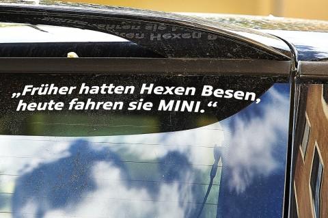 Bild: Früher hatten Hexen Besen, heute fahren sie MINI. Schnappschuss im Nürnberger Stadtteil Gostenhof mit NIKON D700 und AF-S NIKKOR 24-120 mm 1:4G ED VR.