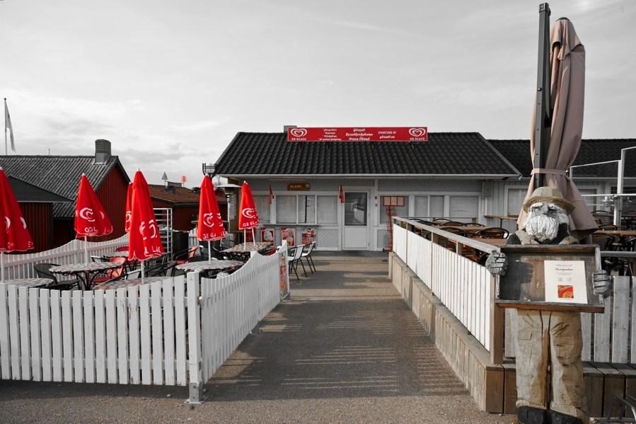 Bild: Irgendwie typisch Schweden - Es ist später Nachmittag im Hafen von Byxelkrog auf der Insel Öland und das Restaurant hat geschlossen. NIKON D700 und AF-S NIKKOR 24-120 mm 1:4G ED VR.