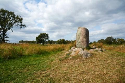 Bild: Der Runenstein von Karlevi oder Karlevistein bei Färjestaden auf der Insel Öland. NIKON D700 und AF-S NIKKOR 24-120 mm 1:4G ED VR.
