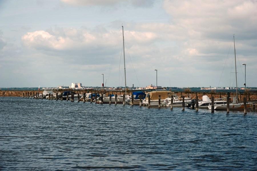 Bild: Unterwegs im Hafen von Mörbylånga auf der Insel Öland. Im Hintergrund ist Kalmar in Småland zu sehen. NIKON D700 und AF-S NIKKOR 24-120 mm 1:4G ED VR.