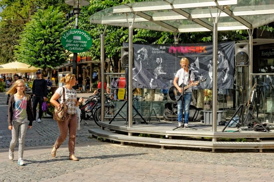 Bild: Växjö ist eine junge Stadt. Musiker in der Altstadt von Växjö in der historischen Provinz Småland. NIKON D700 und AF-S NIKKOR 24-120 mm 1:4G ED VR.