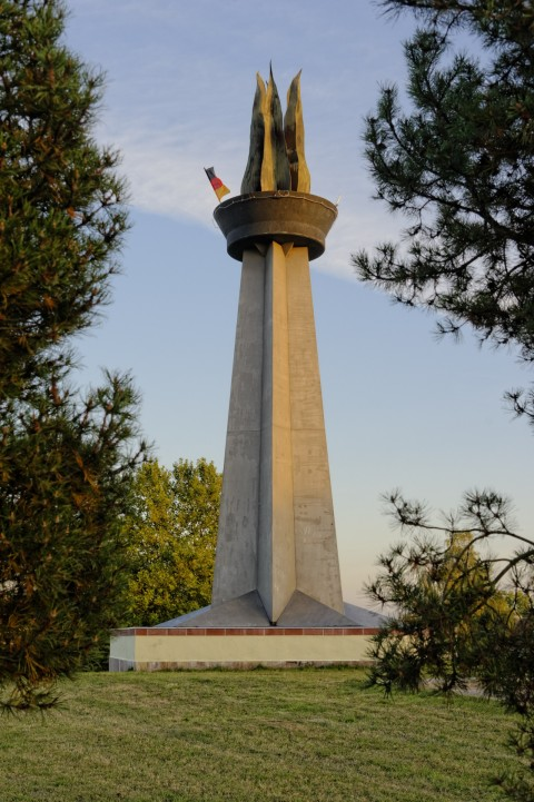Blaue Stunde am Obelisk Flamme der Freundschaft in Hettstedt. NIKON D700 und AF-S NIKKOR 24-120 mm 1:4G ED VR.