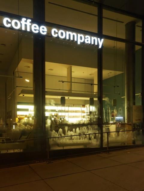 Bild: Hier müssten mal die Fenster geputzt werden. Geschäft einer Kaffeekette in der Fürstenrieder Straße in der Nähe des Laimer Bahnhofs in München. OLYMPUS OM-D E-M5 mit M.Zuiko Digital 12-50mm 1:3.5-6.3 EZ. ISO 6400 ¦ f/5,6 ¦ 12 mm ¦ 1/13 s ¦ kein Blitz. Klicken Sie auf das Bild um es zu vergrößern.