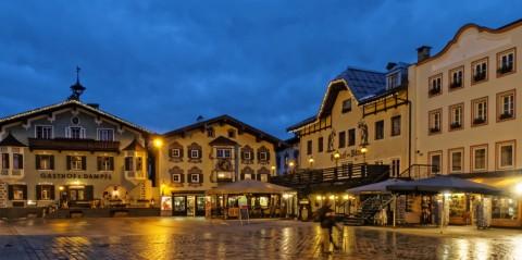 Bild: An einem Freitagabend im Februar auf dem Hauptplatz von St. Johann in Tirol. OLYMPUS OM-D E-M5 mit M.Zuiko Digital 12-50 mm 1:3.5-6.3 EZ. ISO 1600 ¦ f/9 ¦ 12 mm ¦ 1/10 s ¦ kein Blitz. Klicken Sie auf das Bild um es zu vergrößern.