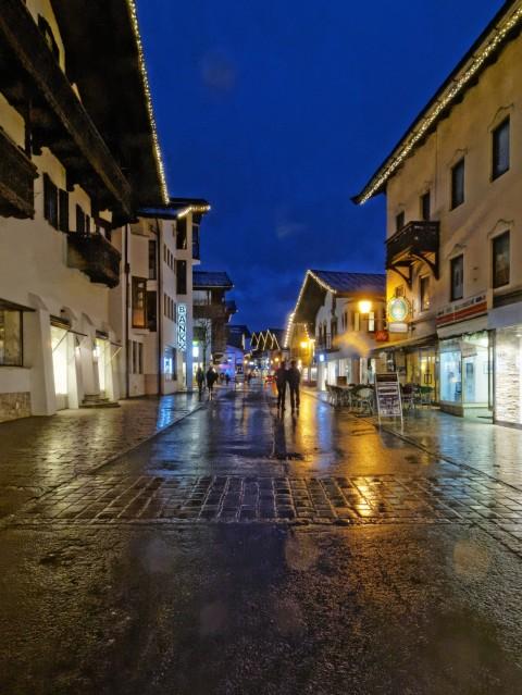 Bild: An einem Freitagabend im Februar auf dem Hauptplatz von St. Johann in Tirol. OLYMPUS OM-D E-M5 mit M.Zuiko Digital 12-50 mm 1:3.5-6.3 EZ. ISO 6400 ¦ f/9 ¦ 12 mm ¦ 1/20 s ¦ kein Blitz. Klicken Sie auf das Bild um es zu vergrößern.