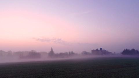 Morgenstimmung kurz vor Sonnenaufgang in Greifenhagen im Unterharz. NIKON D700 und TAMRON SP 24-70mm F/2.8 Di VC USD. ISO 5000 ¦ f/7,1 ¦ 24 mm ¦ 1/15 s ¦ kein Blitz. Klicken Sie auf das Bild um es zu vergrößern.