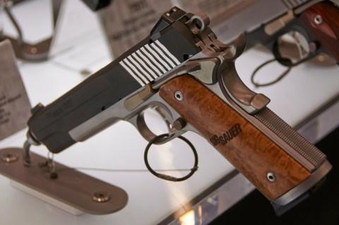 Bild: Die aufmerksamen Leser des Blogs werden es wissen: Colt M1911 Klon aus dem Hause SigSauer.