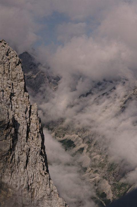 Bild: Das Höllental in Wolken. NIKON D700 mit TAMRON SP 24-70mm F/2.8 Di VC USD. ISO 200 ¦ f/9 ¦ 50 mm ¦ 1/2.500 s ¦ kein Blitz. Klicken Sie auf das Bild um es zu vergrößern.