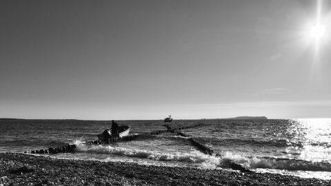 Bild: Dieser Fischer bereitet sich am Abend auf den Fang des nächsten Morgen vor. Auf dem Bug bei Dranske im Nordwesten der Insel Rügen. OLYMPUS OM-D E-M5 mit M.ZUIKO DIGITAL ED 12‑40mm 1:2.8. ISO 200 ¦ f/7.1 ¦ 12 mm ¦ 1/4000 s ¦ kein Blitz. Klicken Sie auf das Bild um es zu vergrößern.
