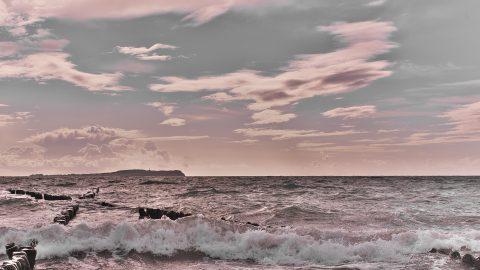 Bild: Abends am Strand bei Dranske auf der Insel Rügen. Im Hintergrund des Fotos ist der Dornbusch mit dem Leuchtturm auf der Insel Hiddensee zu sehen. NIKON D700 mit TAMRON SP 24-70mm F/2.8 Di VC USD. ISO 200 ¦ f/7,1 ¦ 35 mm ¦ 1/1600 s ¦ kein Blitz. Klicken Sie auf das Bild um es zu vergrößern.