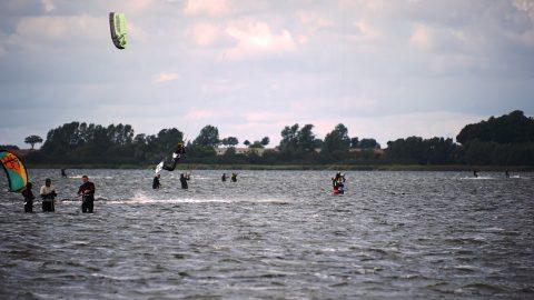 Bild: Surfer im Wieker Bodden bei Wirk auf der Insel Rügen. NIKON D700 mit AF-S NIKKOR 28-300 mm 1:3.5-5.6G ED. ISO 200 ¦ f/5,6 ¦ 300 mm ¦ 1/1000 s ¦ kein Blitz. Klicken Sie auf das Bild um es zu vergrößern.