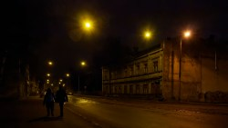 Bild: Nacht in der Moskauer Vorstadt in Rīga. OLYMPUS OM-D E-M1 mit M.ZUIKO DIGITAL ED 12‑40mm 1:2.8 ISO 6400 ¦ f/7,1 ¦ 12 mm ¦ 1/40 s ¦ kein Blitz. Klicken Sie auf das Bild um es zu vergrößern.