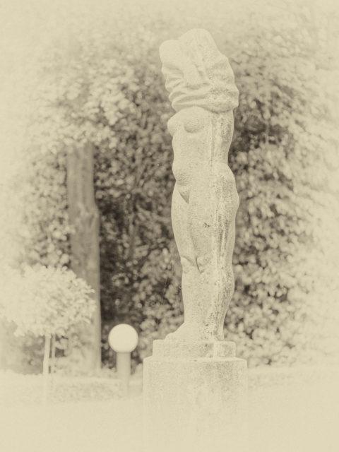 Bild: Das Badehaus Goor in Lauterbach bei Putbus auf der Insel Rügen. Skulptur vor dem Hotel. Klicken Sie auf das Bild um es zu vergrößern.