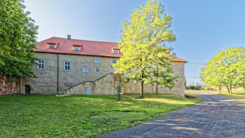 Bild: Wohngebäude der Konradsburg bei Ermsleben (Stadt Falkenstein im Harz) im Unterharz. Klicken Sie auf das Bild um es zu vergrößern.