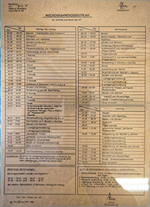 Bild: Exponat im Heimat- und Marinemuseum in in Dranske auf der Insel Rügen. Dienstplan der Volksmarine der NVA. Freizeit gab es für die unteren Dienstgrade praktisch nie. Klicken Sie auf das Bild um es zu vergrößern.