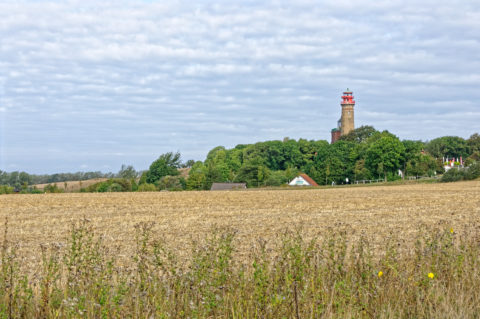 Bild: Blick auf den großen Leuchtturm am Kap Arkona auf der Insel Rügen. Der Leuchtturm wurde 1905 in Betrieb genommen. Er sendet bis heute alle 17 Sekunden drei Leuchtblitze aus - seit 1996 mit einem Halogenleuchtmittel. Klicken Sie auf das Bild um es zu vergrößern.