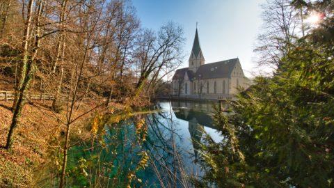 Bild: Am Blautopf in Blaubeuren. Blick auf die Kirche des ehemaligen Klosters Blaubeuren. Klicken Sie auf das Bild um es zu vergrößern.