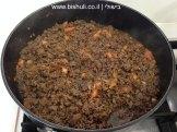לזניה בשר וחצילים - הוספת העגבניות והתבלינים
