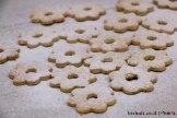 עוגיות ריבה - לאחר פיזור אבקת הסוכר