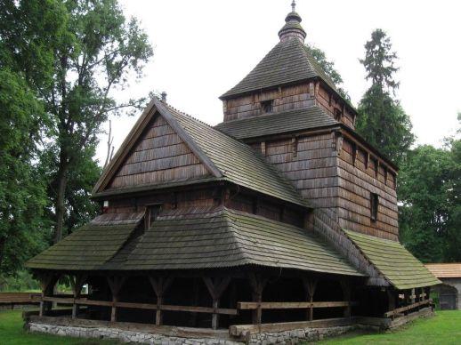 Najstarija i najbolje sačuvana pravoslavna crkva (sada muzej) u Poljskoj ima izvorne višobojne ukrase i ikonostas iz 1648. god. Vjerojatno ju je osnovao ministar i gradonačelnik Jan Płaza Lubaczowski (preminuo 1599.), a u nemirnom 17. stoljeću je zatvorena obrambenim zidom zemljanih bastiona. Ima trodijelni tlocrt u kojemu središnji brod ima uzvišeni strop iznad kojega se uzdiže kvadratična kupola s lanternom prekrivena šindrom. Niži kor ima vanjsku galeriju za žene (babinec) i dvoslivne krovove.