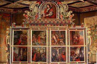 Kapela je bogato ukrašena. Tabulat s kasetama oslikan je biljnim motivima, dok je drvena oplata stijena u unutrašnjosti oslikana uresima, buketima cvijeća u vazama i likovima svetaca.