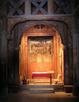 Impresivna stavkirke Gol izgrađena je u 12. stoljeću. Zanimljiva je jer odražava prijelaz s poganskog vjerovanja u nordijske bogove na kršćanstvo – na crkvi se nalaze križevi no urešena je runama i krasnim vikinškim pleterima.
