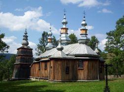 Iako je izvorno (od 16. st.) bila grkokatolička, a služila i kao rimokatolička (nakon progona Ukrajinaca od 1947. do 1961.), od 1963. god. pripada Poljskoj pravoslavnoj Crkvi. Crkva je lemkijskog tipa s tri kupolasta tornja iznad narteksa, brodom i prezbiterijem, te dva bočna tornja iznad krakova transepta. Kampanil (samostojeći zvonik) je drvena građevina kvadratičnog plana sa složenim krovom poput ostalih tornjeva.