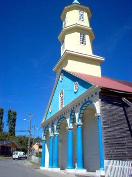 """Chonchi se nalazi na mjestu gdje se ovaj veliki otok sužava na svojoj istočnoj obali i okrenut je otoku Lemuy, na španjolskom se ovo mjesto zvalo el fin de la cristiandad (""""kraj kršćanstva""""). Isusovci su izabrali ovu lokaciju kako bi uspostavili postaju za svoje misije, pokrivajući najdalja i najjužnija područja arhipelaga. Službeno je osnutak naselja, Villa San Carlos de Chonchi, održan 1767., a njegova prva crkva 1769. god."""
