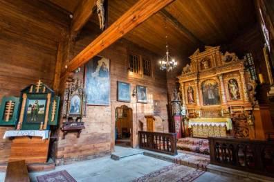 Izgrađena na mjestu starije crkve ima kvadratični tlocrt bez brodova, trostranom apsidom na istoku i strmim krovom.