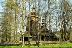Bivša pravoslavna (od 1947. katolička crkva) je izgrađena početkom 17. st., ali opsežno obnovljena u novom obliku 1813. god., kada je i premještena na viši položaj zbog opasnosti od poplava. Lemkijska crkva iznad atrija ima visoki drveni toranj s lukovičastom kupolom i lanternom, u kojemu se nalazi izvorno zvono iz 1615. god. Manji, šatorasti toranj se nalazi iznad glavnog broda i prekriven je šindrom. Crkva, poput mnogih pravoslavnih iz tog doba, ima prozore samo na južnoj strani, oslikane unutarnje zidove i ikonostas iz 17. st.
