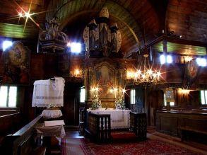 Nakon Kongresa u Sopronu 1681. godine, protestantima je dozvoljeno graditi tzv. artikularne crkve neobičnog izgleda, ali su morale biti izgrađene u godinu dana, bez metalnih dijelova i bez tornja (poput Crkvi mira u Šleskoj). Crkva je visoka 8 metara u obliku križa 23 x 18 metara. Kako ima mnoge neobične skandinavske odlike, vjeruje se da su graditelji bili iz Norveške ili Švedske. Crkva je mogla primiti 1100 vjernika kroz svoja petora vrata, a oltar je imao 6 retabla koje je izradio majstor Samuel Kialovič 1771. godine.
