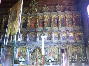 Grkokatolička crkva se sastoji iz tri četvrtasta dijela spojena po osi istok-zapad, s tri tornja (od kojih najveći ima zvona) nadsvođena lukovastim kupolama i željeznim križevima na vrhu. Crkva narodnog baroka je okružena grobljem i ima zvonik iz 19. stoljeća. U crkvi su sačevane neke zidne slike i ikonostas s ikonama iz 18. stoljeća. Donacijama američke fundacije obnovljen joj je oltar 1990-ih, te cijela crkva 2004. godine. Od 1968. do 1990-ih u crkvi su se slavile i pravoslavne mise.